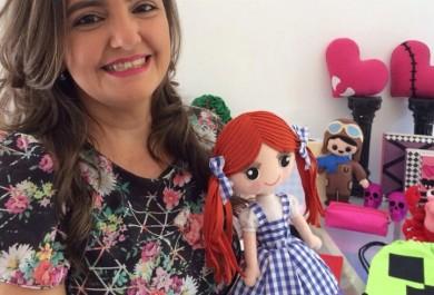 Artesã destaca-se na produção de bonecos de feltro
