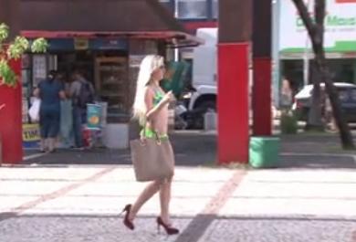 Qual a reação das pessoas a uma mulher de biquíni em praça? O