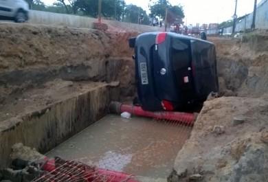 Carro cai em buraco de obra na Avenida Godofredo Maciel