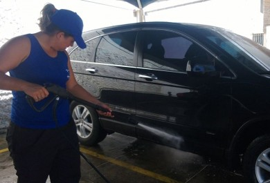Lavagem de carro em domicílio ganha força em Fortaleza graças à rotina corrida