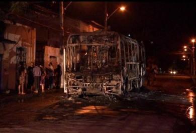 Fortaleza tem 2º ônibus queimado, e criminosos fazem nova ameaça