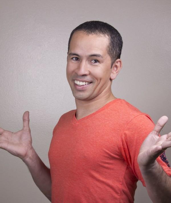Em vídeos divertidos, Edmilson Filho ensina inglês aos cearenses