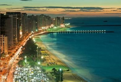 Esgoto a céu aberto na Avenida Beira-Mar leva Fortaleza do luxo ao lixo