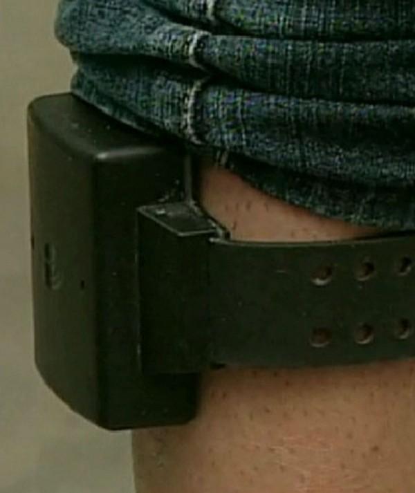 Criminoso é flagrado traficando com tornozeleira em prisão domiciliar