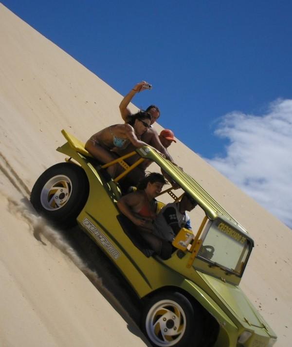 Circulação de buggys irregulares em Canoa Quebrada leva risco a turistas