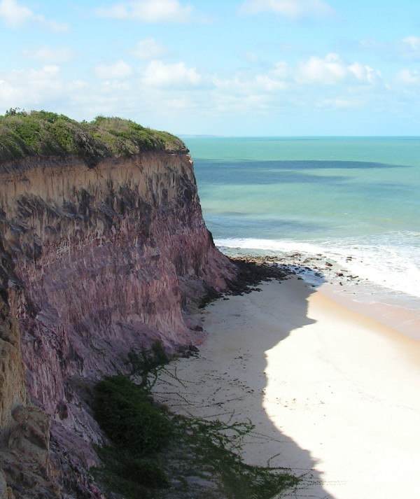 A poucas horas de Fortaleza, Pipa possui falésias encantadoras