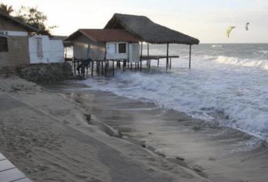 Avanço do mar na Praia do Iguape provoca cenário de destruição