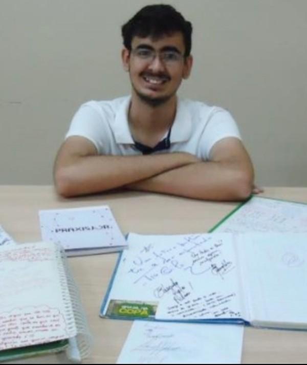 Estudante cearense coleciona autógrafos de professores e palestrantes