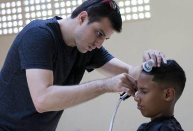 Projeto social leva corte de cabelo gratuito para comunidades carentes