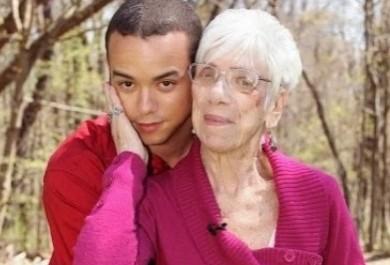 Jovem de 22 anos casa com idosa de 72 anos por amor
