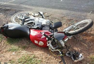 Motociclista morre ao colidir contra caminhonete em acidente impressionante