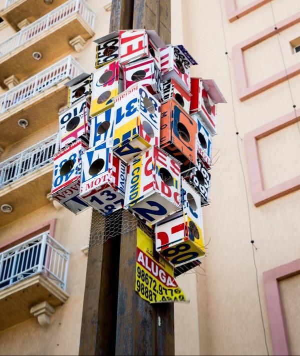 Artista transforma placas de vendas de imóveis em casas de passarinho