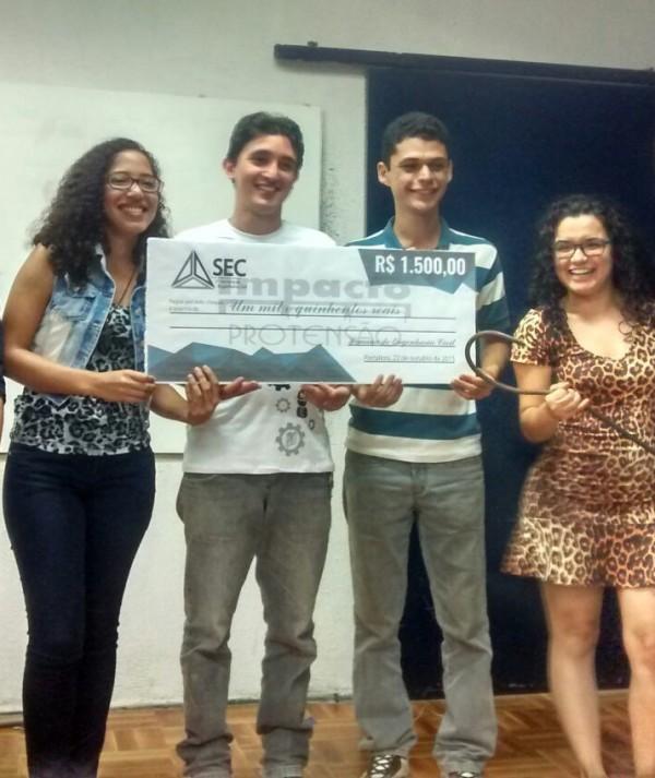 Estudantes constroem ponte de macarrão que resiste a 173 kgs