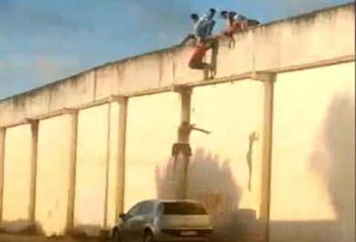 Vídeo flagra adolescentes fugindo de Centro Socioeducativo em rebelião