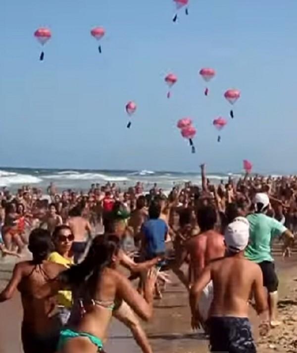 Chuva de óculos: Praia do Futuro lota em busca de 5 mil brindes jogados do céu