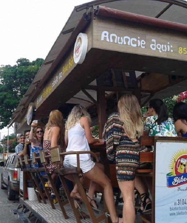 Primeiro bar sobre rodas do Brasil faz passeios turísticos em Fortaleza