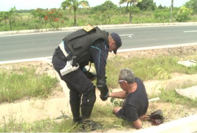 Motorista alcoolizado chega a cair durante conversa com policial e repórter