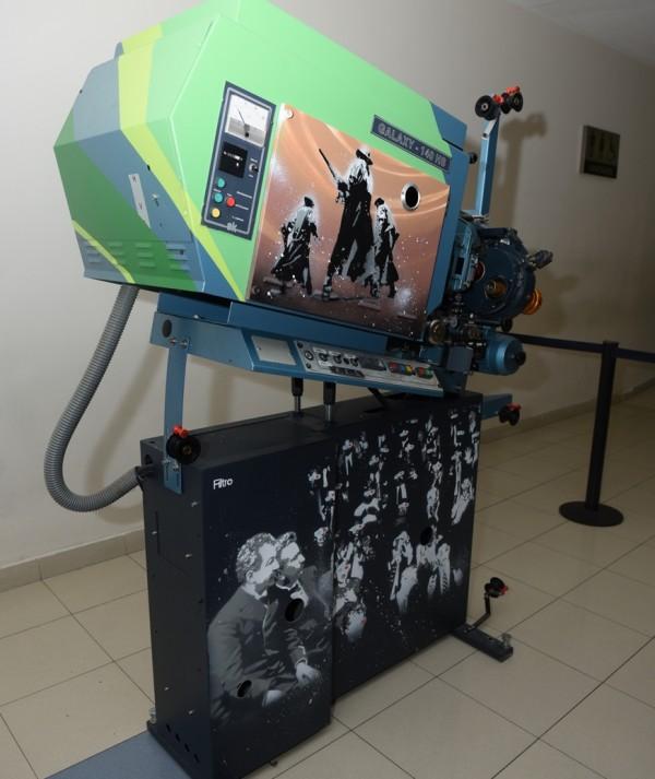 Exposição desafia artistas urbanos à homenagear o cinema em projetores antigos